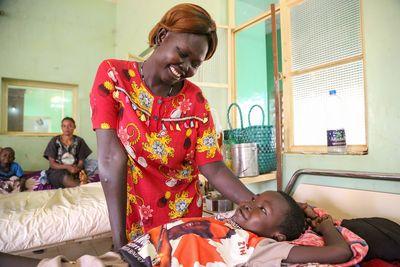 Auch Okol hat sich beim Sturz vom Mangobaum verletzt. Viele Kinder im Südsudan helfen bei der Ernte der süßen Früchte, die sie oft auf dem Markt verkaufen. Beim Pflücken von den hohen Bäumen kommt es immer wieder zu Unfällen.
