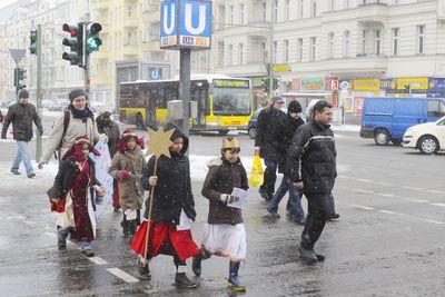 Auch in Berlin sind die Sternsinger unterwegs. Hier geht eine Sternsingergruppe über eine Kreuzung in der nähe vom Leopoldplatz.