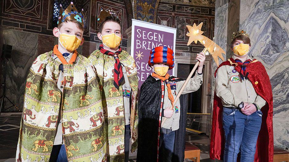 Die vier Sternsinger aus Lammersdorf gehörten zu einer von insgesamt drei Sternsingergruppen, die stellvertretend für viele andere Sternsinger am Gottesdienst teilnehmen konnten.