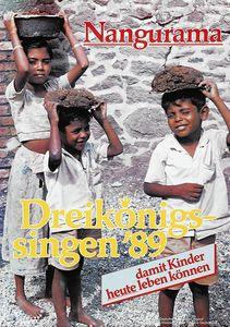 Ein Plakat zur Aktion Dreikönigssingen 1989 für Sri Lanka. Abgebildet sind drei Kinder in dreckigen abgetragenen kurzen Klamotten. Keines der drei Kinder trägt Schuhe an den Füßen. Die Kinder tragen Es sind Körbe die randvoll mit schweren Steinen gefüllt sind. Trotzt der schweren körperlichen Arbeit lächelt eines der Kinder. Zentral im Bild ist der Schriftzug Dreikönigssingen ´89 zu sehen. Auf dem Kopf des Plakates steht das Wort Nangurama. In der unteren rechten Ecke steht damit Kinder heute leben können.