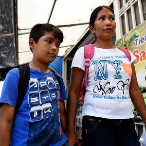 Die Eltern Maria und Antonio ziehen mit ihreihrem Sohn Ismael (11) durch einen Sadtteil der Mittelschicht, um dort Aufkleber gegen eine Spende anzubieten. Da Venezuelaner zwar in Kolumbien geduldet werden, aber nicht arbeiten dürfen, ist das für viele die einzige Einkommensquelle - Gleimar (8) und Ismael (11) leben seit ihrer Flucht aus Venezuela mit ihren Eltern Maria Sosa (31) und Antonio Carpio (30) und den Geschwistern Manuel (13) und Yannovis (2) in Cúcuta, Departamento Norte de Santander, Kolumbien; Foto: Florian Kopp