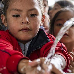 """Sofia (5) wäscht sich vor dem Lunch die Hände - Ein Nachmittag bei """"Micanto - José Obrero"""", Cajamarca, Peru; Foto: Florian Kopp"""