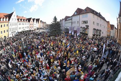 2.200 Sternsinger feiern am Donnerstag, 29. Dezember, in Neumarkt in der Oberpfalz die bundesweite Eröffnung ihrer 58. Aktion Dreikönigssingen. Die Sternsinger füllen den gesamten Platz.