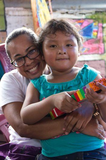 Diese Mutter und ihr autistisches Kind sind glücklich über die Unterstützung die das Projekt geben kann.
