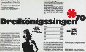 """Ein Plakat für das Sternsingen von 1970. Es ist größtenteils schwarz Weiß. In der Mitte ist der Schriftzug """"Die Sternsinger"""". Gesammelt wurde für die Jugendlichen in Nigeria."""