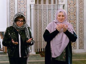 Maria (l.), Lehrerin im Alwan-Programm, und Dr. Nayla Tabbara, Gründerin der Adyan-Stiftung, beim gemeinsamen Beten in einer Beiruter Moschee.