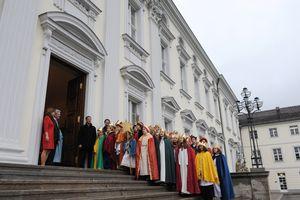 Bundespräsident Joachim Gauck  und seine Frau Daniela empfangen die Sternsinger im Schloss Bellevue. Dreißig Sternsinger und Sternsiegerinnen stehen auf der Treppe zum Eingang in Schloss Bellevue und singen ein Lied. Auch Prälat Dr. Klaus Krämer singt mit.
