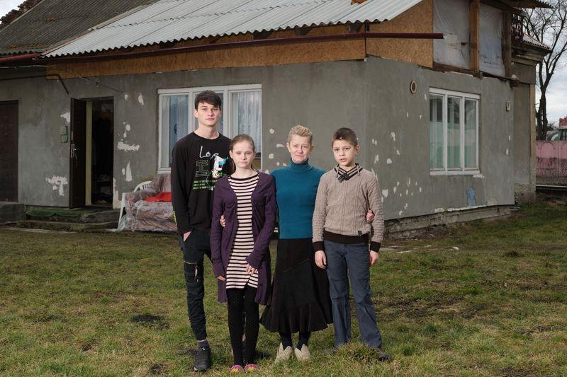 Großmutter Anna (55) kümmert sich seit mehreren Jahren um ihre Enkelkinder Maxim, Tatjana und Denis, obwohl sie selbst arbeitet. Auch wenn die Tochter regelmäßig Geld schickt, muss Anna dazuverdienen, damit die Familie über die Runden kommt.