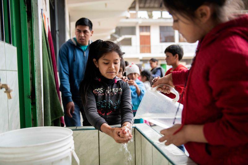 """Luzmila (9) wäscht sich vor dem Lunch die Hände - Ein Nachmittag bei """"Micanto - José Obrero"""", Cajamarca, Peru; Foto: Florian Kopp"""