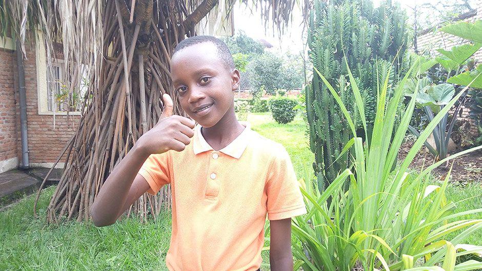 Don Divin in Burundi kann noch in die Schule gehen. Doch dort gelten strenge Regeln: Die Schüler müssen Abstand zueinander halten und sich oft die Hände waschen. Wenn jemand hustet, zieht man direkt viele Blicke auf sich, das war früher nicht so. Don Divin wünscht sich vor allem Frieden, dass das Corona-Virus bald verschwindet und dass es keine Angst mehr in der Familie gibt.