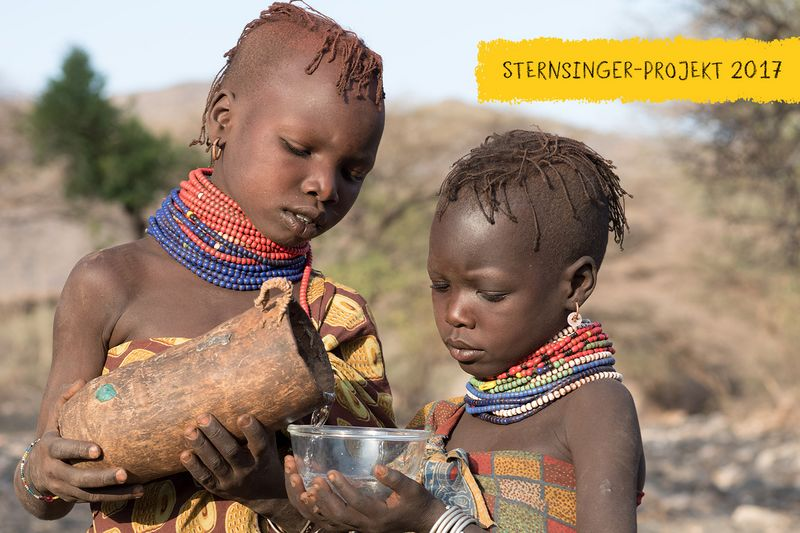 Aweed giesst ihrer Schwester Musungu Wasser ein, Turkana, Kenia, 2/2016