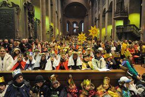 Eröffnungsgottesdienst der 54. Aktion Dreikönigssingen im Mainzer Dom. Hunderte Sternsinger füllen die Kirche bis auf den letzten verfügbaren Platz. Alle verfolgen gespannt und aufmerksam den Gottesdienst der die Sternsingeraktion offiziell und feierlich eröffnet.