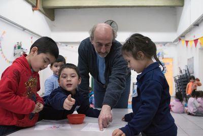 Padre Toto freut sich mit den Kindern über die neuen Räume.