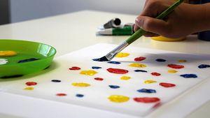 Die Kinder können ihre Laterne auch mit Wasser- oder Acrylfarbe bunt verzieren.