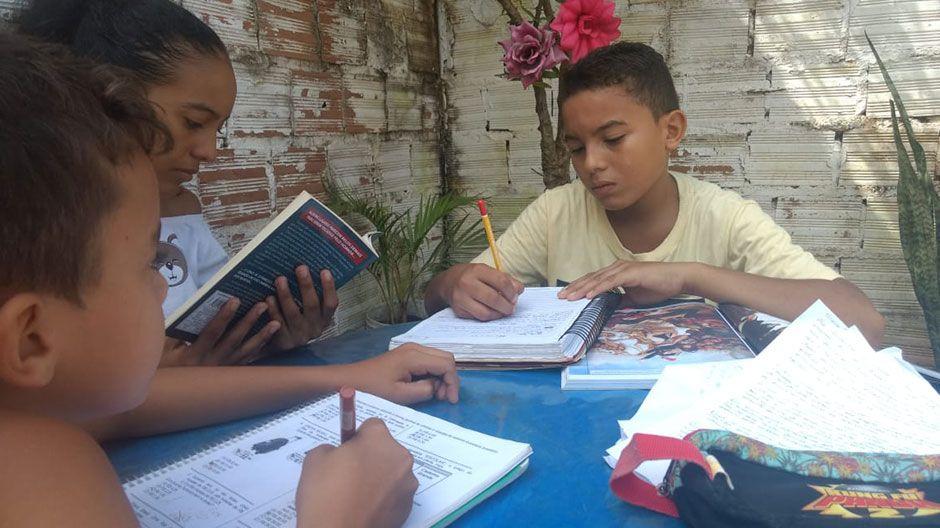 David (12) in Brasilien muss ebenfalls zu Hause lernen. Meistens liest er im Geschichtsbuch, denn Geschichte ist sein Lieblingsfach. Seine Familie hat Probleme, Geld für Essen zu bekommen, viele Menschen können nicht arbeiten. Am liebsten spielt David Spiele mit seiner Familie, dafür war früher kaum Zeit