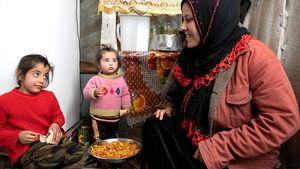 Einmal am Tag kocht Nours Mutter für ihre Familie. Das wenige Essen teilt Mutter Riham gerecht unter den Kindern auf.