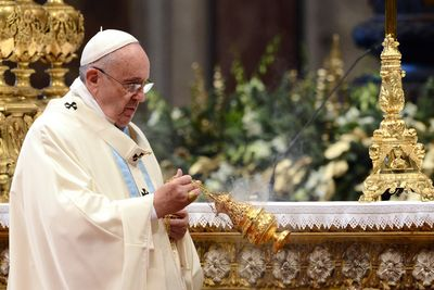 Papst Franziskus hat eine Gefäß mit Weihrauch in der Hand und mahnt zur Nächstenliebe. Er fordert Einsatz für andere Menschen. Im Zentrum seiner Aufmerksamkeit sind die misshandelten, schutzlosen und Not leidenden Kinder auf der ganzen Welt.