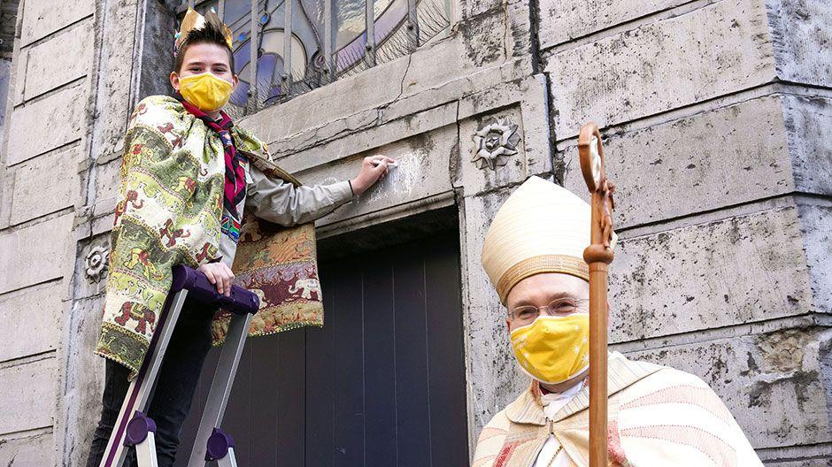 Im Beisein von Bischof Dieser schrieb Hannes (11) den Segen über das Domportal: 20*C+M+B+21 – Christus Mansionem Benedicat (Christus segne dieses Haus)