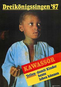 Ein Plakat zur Aktion Dreikönigssingen aus dem Jahr 1987. Abgebildet ist ein senegalesischer Junge in einem blauen Leinenhemd. Überall auf dem Körper und dem Hemd sind Schmutz und Dreck zu erkennen. In der rechten unteren Ecke ist ein Kasten indem etwas geschrieben steht. Rot unterlegt steht dort das senegalesische Wort Kawassór. Darunterr,  gelb unterlegt, steht Teilen- Damit Kinder heute leben können. Das Wort Teilen ist dabei mit zwei roten Strichen unterlegt. In der Kopfzeile des Plakats steht in gelber Schrift Dreikönigssingen ´87