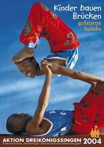 Da sPalkat zur Sternsingeraktion 2004 für das Land Ruanda in Afrika. Abgebildet sind zwei turnende Jungen. sie haben Kleidung im Partner- look an. Beide tragen eine rote Hose durch die sich ein Muster von grünen Blättern zieht. Beide haben ein tiefblaues Oberhemd an. Einer der Jungen balanciert auf dem anderen Jungen. Es sieht aus wie im Zirkus. Oben rechts und er Ecke steht der Leitspruch der Aktion:  Kinder bauen Brücken. Auf Afrikanisch heißt das gufatanya kubaka. In der Fußzeile steht Aktion Dreikönigssingen´04