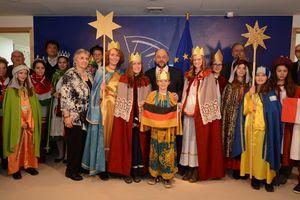 EU- Parlamentspräsident Martin Schulz empfängt die Sternsinger im EU- Parlament. Im Zentrum stehen vier Sternsinger aus seiner Heimatstadt Würselen. Die anderen Sternsinger stehen recht und links daneben. Die Sternsinger sind alle festlich gekleidet und halten zwei Sterne in die Höhe. Im Hintergrund steht Dr. Franz Marcus, Vorstandsmitglied im Kindermissionswerk.