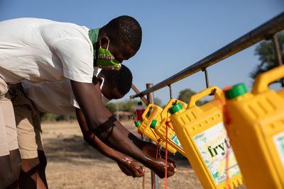 Eine Waschmöglichkeit zum Selberbauen: In der Sirigu-Schule lernen die Schülerinnen und Schüler viel über Hygiene.
