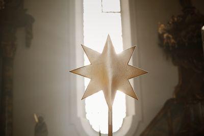 Der Sternsingerstern ist ein Symbol für den Stern von Betlehem der dir Drei Weisen zu Josef und Maria geführt hat. Die Sternsinger tragen den achtzackigen Stern an einem langen Stock vor sich her um den Weg zu weisen.