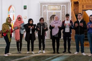 Dr. Nayla Tabbara (vierte v. r.), Gründerin der Adyan-Stiftung, und Maria (vierte v. l.), Lehrerin im Alwan-Programm, mit Teilnehmerinnen und Teilnehmern des Alwan-Programms beim gemeinsamen Gebet in einer Beiruter Moschee.