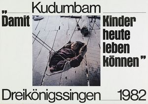 Ein Plakat der Sternsinger aus dem Jahr 1982. Das Motiv ist ein Baby das in einer selbstgebauten Wiege aus Bast, Blättern und Holz. Das Foto wird von zwei Schriftzügen eingerahmt. Der erste Schriftzug befindet sich in der Kopfzeile des Plakates und lautet:  Kudumbam- Damit Kinder heute leben können. Der zweite Schriftzug befindet sich in der Fußzeile des Plakates. Er lautet Dreikönigssingen 1982.