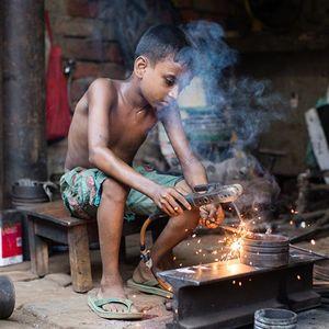 Jitu (9) bei seiner Arbeit in einer Metallwerkstatt. Um seine Familie zu versorgen, hat Jitu bereits früh angefangen zu arbeiten.