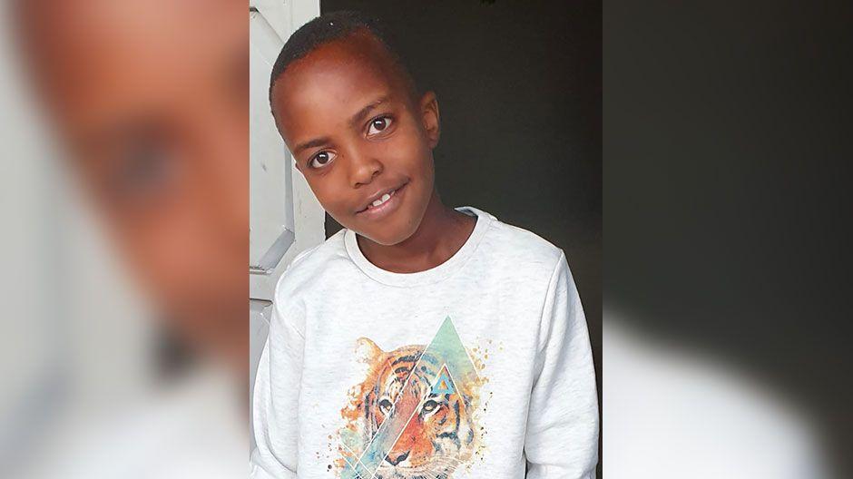 Francis (10) lebt in Kenia und hat Sorge, sich mit dem Corona-Virus anzustecken. Die Schulen sind geschlossen, er lernt über das Internet. Und er hilft seinem Onkel, die Ziegen zu melken und die Hühner zu füttern. Er wünscht sich, dass die Corona-Krise bald vorbei ist und er seine Freunde wieder treffen kann.