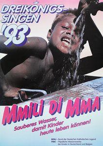 Ein Plakat zur Aktion Dreikönigssingen 1993 für das Land Nigeria. Abgebildet ist ein Junge der an einem Wasserhahn trinkt. Er hat eine Hand oben auf dem Regler des Wasserhahnes und hält seinen geöffneten Mund unter den Wasserstrahl um zu trinken. Der Junge trägt keine Kleidung am Oberkörper. Oben links in der Ecke steht Dreikönigssingen´93. Zentral Kinder Fußzeile steht der Slogan Mmili Di Mma, das ist Nigerianisch und bedeutet sauberes Wasser. Dahinter steht die Forderung Sauberes Wasser, damit Kinder heute leben können.