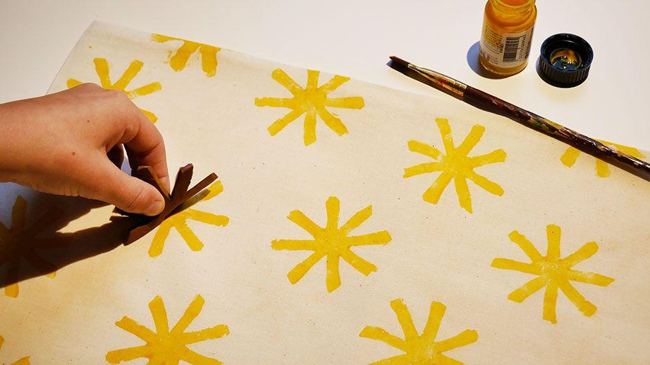 Ein Beutel wird mit Sternen bedruckt.