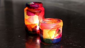 Mit Seiden- und Transparentpapier beklebt, entstehen aus leeren Gläsern schöne Tischlichter.