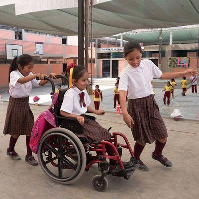 Angeles (Rollstuhl) mit ihren Freundinnen (v.l.n.r.) Camilla, Sol und Melanie (rechts) Schule, Lima, Peru, 10/2017
