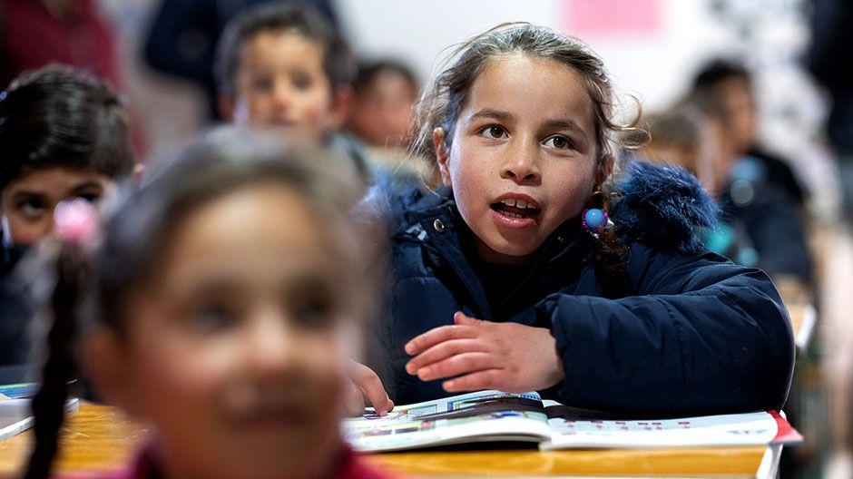 Nour im Zentrum des Jesuiten-Flüchtlingsdienstes. Hier können sie und ihre Geschwister lernen und spielen. Die Kinder bekommen hier auch jeden Tag eine warme Mahlzeit.