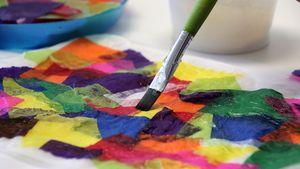 Das bunte Seiden- oder Transparentpapier wird auf einen weißen Bogen Transparentpapier geklebt.
