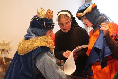 Drei Sternsinger erhalten noch eine paar letzte Tipps von einer Nonne. Die Nonne hält die Kiestexte und erklärt bestimmte Passagen für die Sternsinger.