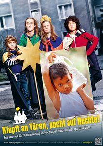 Das Plakat zur Aktion Dreikönigssingen 2012. Das Mott der Aktion lautet Klopft an Türen, pocht auf Rechte! Zusammen für Kinder in Nicaragua und auf der ganzen Welt. Auf dem Plakat abgebildet ist eine Sternsingergruppe die aus vier Personen besteht. Die Sternsinger stehen zusammen und blicken herausfordernd in die Kamera. Die Kinder tragen die Gewänder der Heiligen Drei Könige, haben Kronen auf und tragen auch den Stern von Betlehem mit sich. Neben den traditionellen Dingen die die Sternsinger drei haben, haben sie noch ein großes Foto. Auf dem Foto ist ein Junge aus Nicaragua abgebildet, der schwer an einem Wasserkanister schleppen muss.