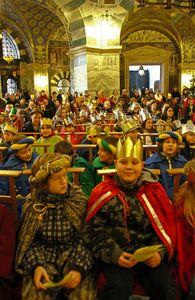 Der Aachener Dom voller Sternsinger. Alle Sternsinger haben Umhänge und Kronen auf. Viele Gäste sind gekommen um dem Gottesdienst beizuwohnen und die Sternsinger zu sehen.