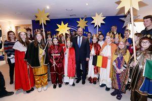 EU- Parlamentspräsident Martin Schulz empfängt rund 30 Sternsinger im Eu- Parlament. Die Sternsinger kommen aus sieben Nationen. Die Sternsinger sind in die traditionellen Gewänder gekleidet. Sie tragen bunte Umhänge und haben goldenen Kronen auf dem Kopf. Zwei der Sternsinger haben Querflöten dabei um den Gesang der anderen Sternsinger zu begleiten. ausserdem haben die Sternsinger insgesamt sechs Sterne dabei die sie an Stöcken hoch in die Luft halten. ImHintergrund ist Dr. Gotthard Kleine zusehen. Das ist der Geschäftsführer des Kindermissionswerkes.