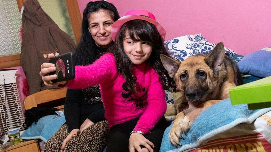 Rabella (9) aus dem Libanon kennt ihr wahrscheinlich noch aus dem Sternsinger-Film der vergangenen Aktion. Wegen Corona kann sie nicht in die Schule und auch nicht zur Nachmittagsbetreuung gehen. Sie vermisst ihre Freunde und Lehrer. Und auch ihren Vater, der nach Deutschland gegangen ist. Sie wünscht sich sehr, dass alle gesund bleiben!