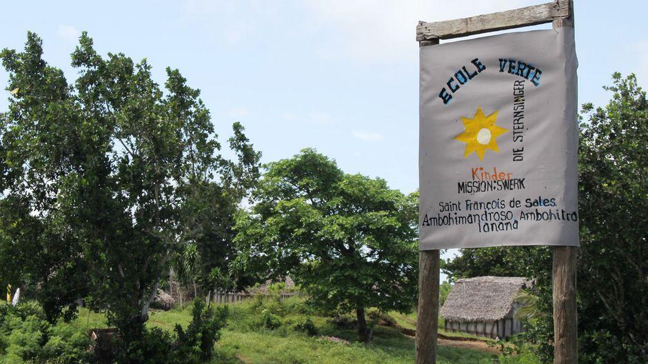 """""""Ecole Verte"""" – """"Grüne Schule"""", steht in großen  Lettern am Eingang der Schule """"Saint François de Sales"""" (Franz von Sales) in Ambohitralanana im Nordwesten Madagaskars."""