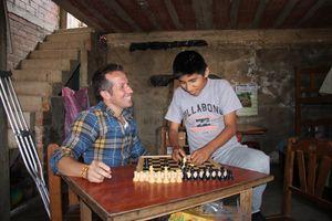 Der zwölfjährige Eddú spielt Schach mit Willi und schlägt in haushoch
