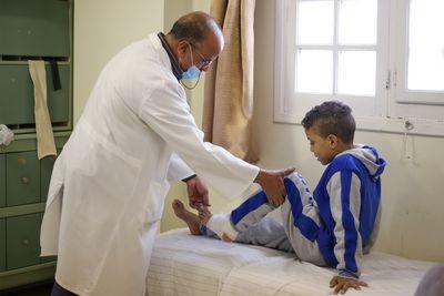 Der zwölfjährige Youssef wird aufgrund seiner Verbrennungen behandelt.