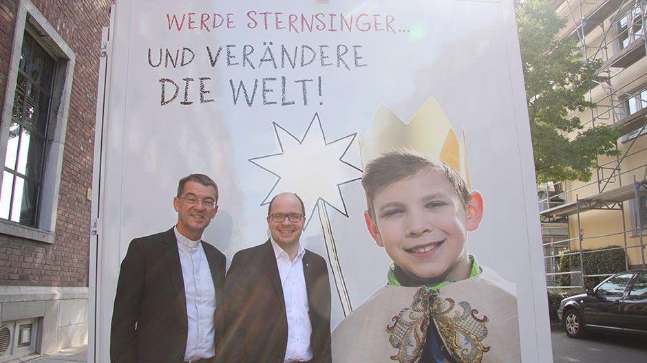 Prälat Dr. Klaus Krämer, Präsident des Kindermissionswerks ,Die Sternsinger', und Pfarrer Dirk Bingener, Bundespräses des Bundes der Deutschen Katholischen Jugend (BDKJ), freuen sich über den Start des Sternsingermobils.
