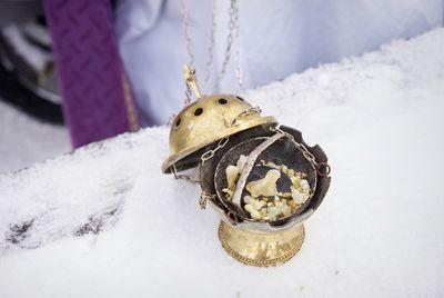 Ein geöffnetes Weihrauchgefäß. In dem Gefäß sind verschiedene Zutaten die langsam verglühen und so den Rauch machen. Das Gefäß hat ganz viele Löcher damit der Rauch auch gut entweichen und sich verteilen kann.