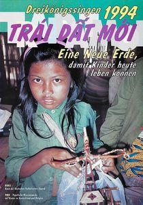 Das Aktionsplakat zur Aktion Dreikönigssingen 1994 für Vietnam. Abgebildet ist ein Mädchen mit langen schwarzen Haaren in denen ein Haarreif steckt.  Sie trägt ein grünes Hemd und eine grüne Hose. Neben ihr sitzt eine  erwachsene Person. Man sieht aber nur einen Arm und ein Bein. Da sMädchen und er grünen Kleidung hält eine Plastiktüte in den Händen. In dieser Plastiktüte befindet sich ein selbstgebautes Spielzeug aus Holzstöckchen und Kordeln. In der Kopfzeile des Plakats steht Dreikönigssingen ´94. Darunter steht Trái Dâ´t Moi. Da ist Vietnamesisch und bedeutet Eine neue Erde. So geht auch der Seligen der Aktion DReikönigssingen los. Er lautet, Eine neue Erde damit Kinder heute leben können.