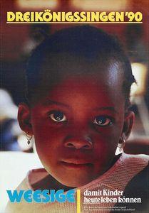 Ein Plakat der Aktion Dreikönigssingen aus dem Jahr 1990 für das Land Uganda in Afrika. Abgebildet auf dem Plakat ist ein Mädchen mit kurzen kraus-lockigen Haaren. Sie hat Ohrringe an und blickt direkt in die Kamera. In der Kopfzeile des Plakates steht in gelber Schrift Dreikönigssingen´90. In der linken unteren Ecke steht in blauer Farbe das Wort Weesige. Direkt daneben in der rechten unteren Ecke steht damit Kinder heute leben können.