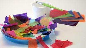 Mit buntem Seiden- oder Transparentpapier können die Kinder ihre Laterne kreativ gestalten.
